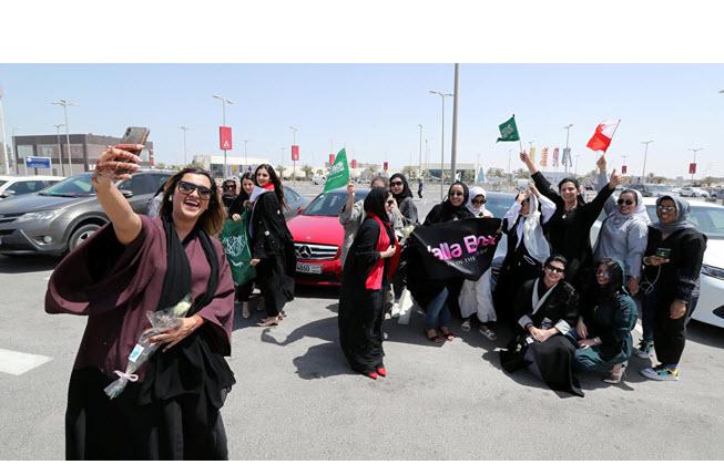ضجة في السعودية بعد رقص فتيات في شوارع الرياض