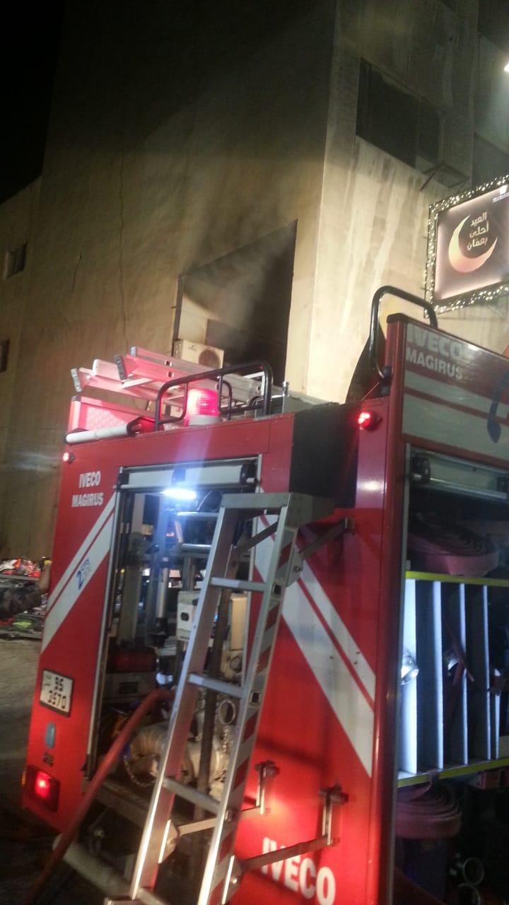 إخماد حريق ملابس في منطقة سقف السيل صور