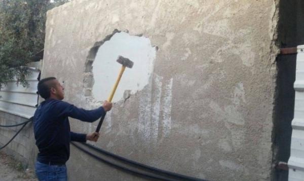 الاحتلال يجبر مواطنا فلسطينيا على هدم غرفة سكنية جنوب القدس المحتلة