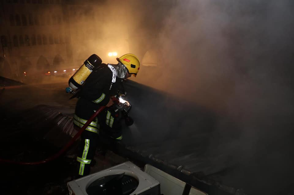 كوادر متخصصة من الدفاع المدني تتعامل مع حريق مواد كيماوية في الشونة الشمالية