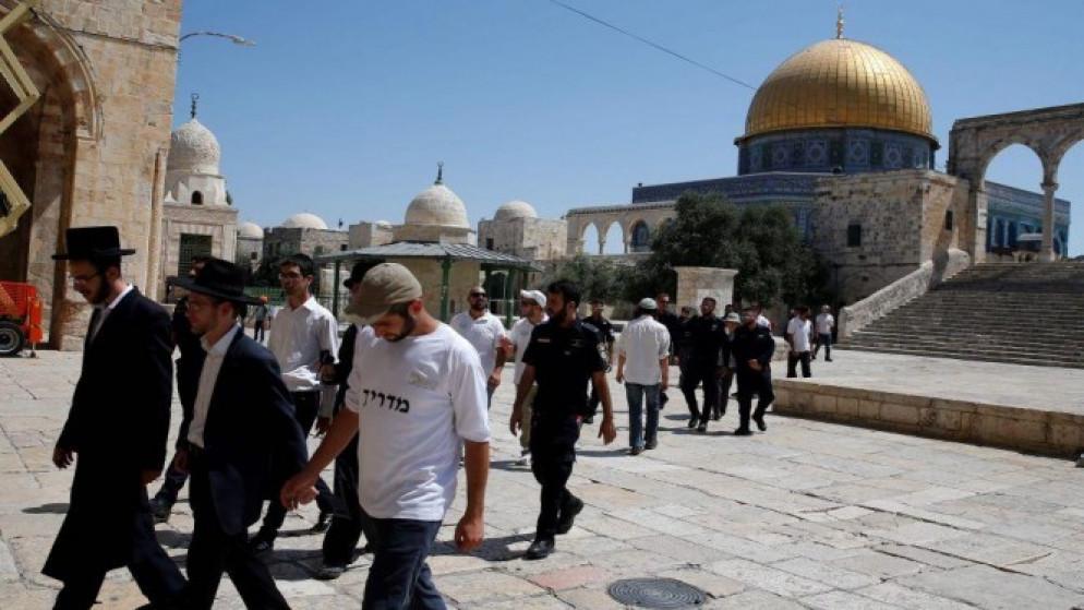 مستوطنون يقتحمون المسجد الأقصى وينفذون جولات استفزازية في باحاته